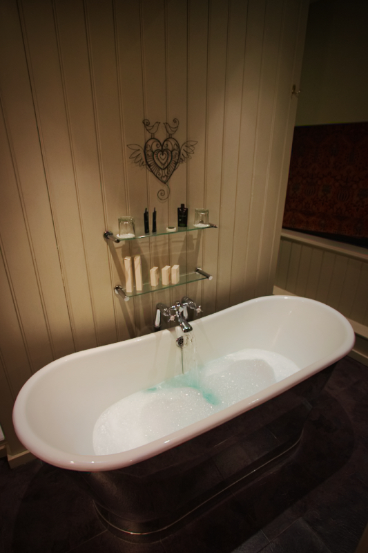 The bath tub in the Romeo and Juliet Room at The White Swan in Stratford-upon-Avon